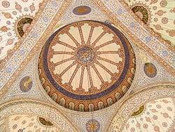Sultan Ahmet Camii'nin kubbe ve tavan işlemeleri. Sultan Ahmet Camii, 1985 yılında İstanbul Tarihî Alanları (Zones historiques d'Istanbul) adıyla UNESCO Dünya Mirasları listesine eklenen alanın bir parçasıdır.