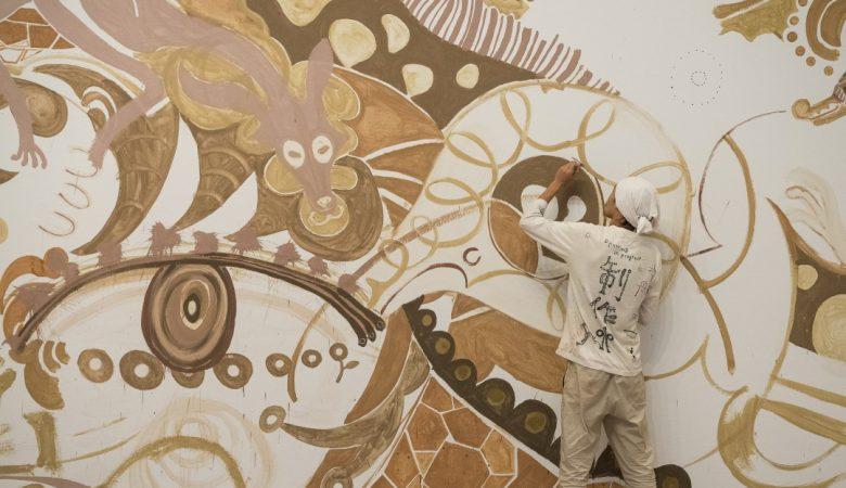 Japon sanatçı Yusuke Asai'nin farklı renkli topraklarla oluşturduğu duvar çamur sanatı