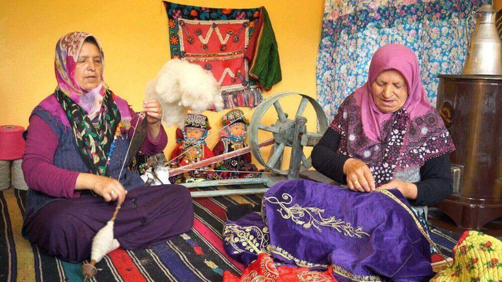 """Cansel Karacan'dan Kadın Şiddetine Karşı """"Mor Cepken"""" Belgeseli"""