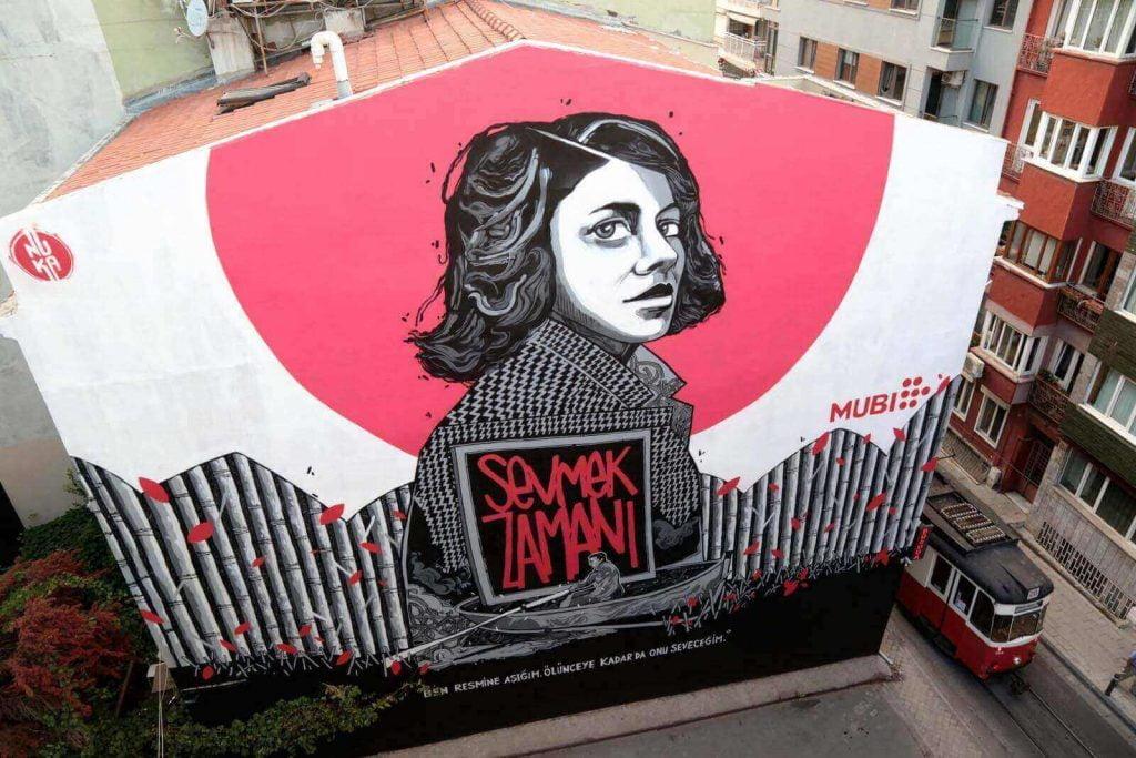 """""""Sevmek Zamanı"""", MUBI'nin """"Klasiklere Övgü"""" Projesiyle Kadıköy Sokaklarında"""