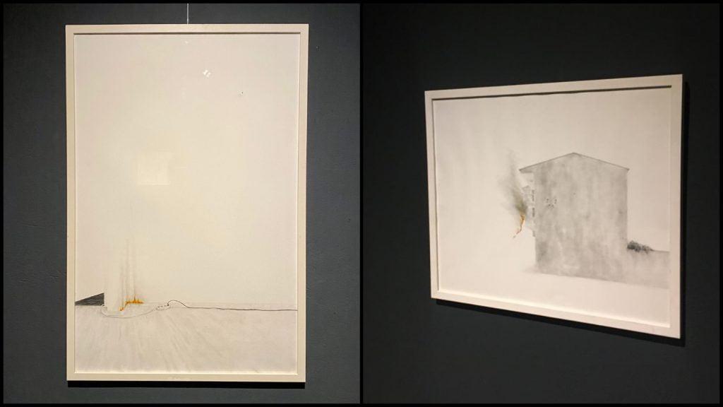 1. Gözde Mulla, İçeride Bir Yerde serisi 1, kağıt üzerine kara kalem ve kuru boya. 90x60 cm. 2021. Sanatçının izniyle.  2. Gözde Mulla, İçeride Bir Yerde serisi 3, kağıt üzerine kara kalem ve kuru boya. 50x60 cm. 2021. Sanatçının izniyle.